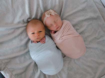 mom-has-a-touching-photoshoot-of-her-newborn-twins-who-didnt-have-much-time-left